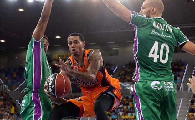 Erick Green salta entre James Augustine y Jeff Brooks.