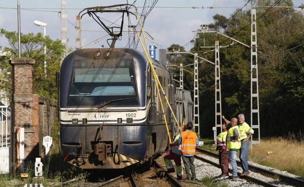 Operarios, trabajando para desenganchar el tren de la catenaria./Luis Palomeque