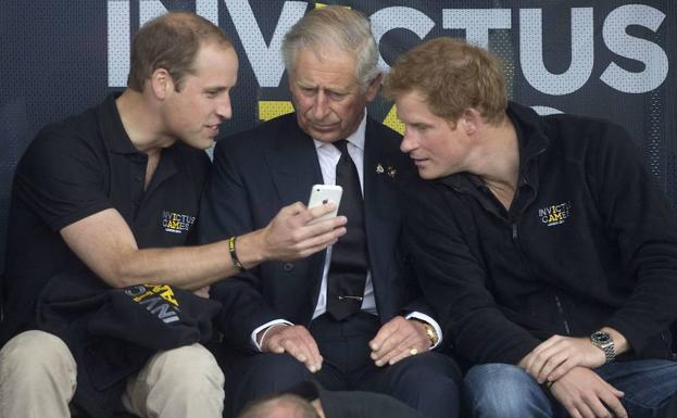 Los príncipes de Inglaterra William (i.) y Harry (d.), con su padre./Reuters