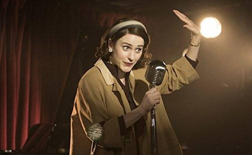 Rachel Brosnahan es 'The Marvelous Mrs. Maisel' (2017)./