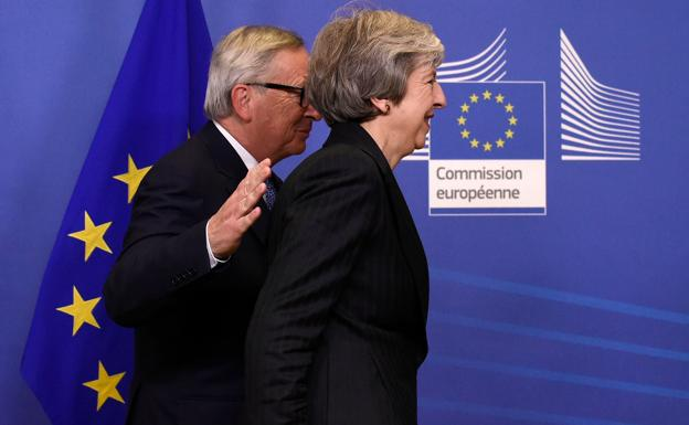 Juncker (i) y May./AFP