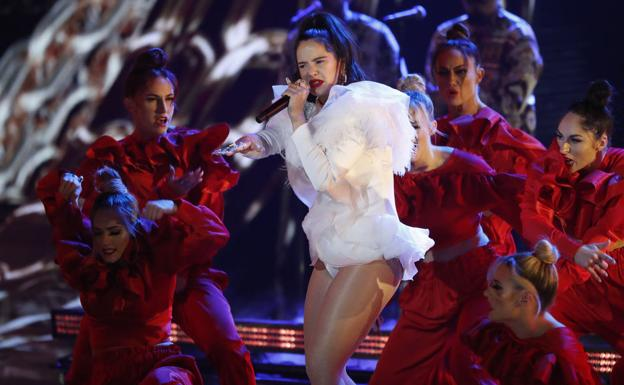 Rosalía, durante su actuación en los Grammy latinoS.