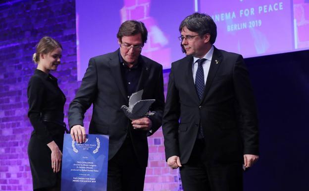 El director cántabro junto a Puigdemont, en la entrega del galardón este lunes en Berlín./EFE