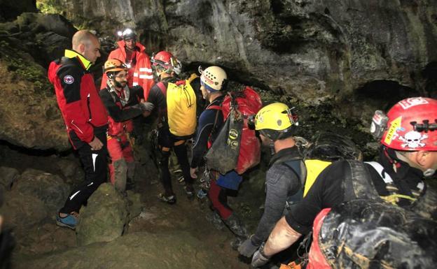 Así va el día en el puesto de mando avanzado en Arredondo y en la boca de la cueva./Vídeo: Pablo Bermúdez | Fotos: Alberto Aja
