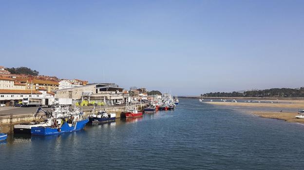 El puerto de San Vicente, al mediodía de ayer, cuando muchos barcos ya no podían acceder al muelle./VICENTE CORTABITARTE