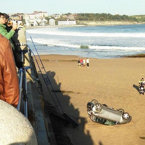 un coche cae desde el aparcamiento hasta la playa del camello | el