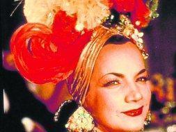 La mujer bajo el sombrero de frutas  72a0773271b